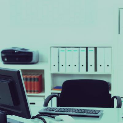 Puste biurka – wpływ pandemii na stabilność zatrudnienia
